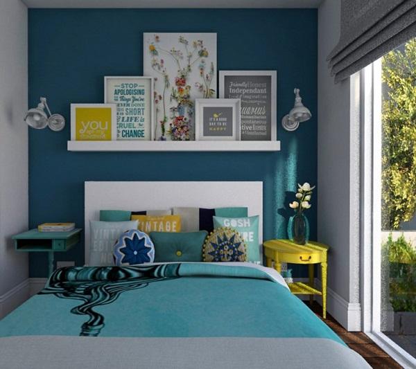 quarto parede azul prateleira branca quadros detalhes amarelos  Viajando no