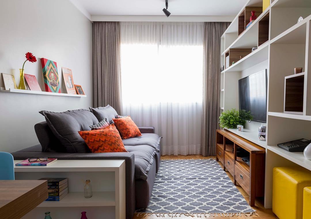Prateleira Acima Sofa Decoracao Sala Estar Viajando No Ap Viajando  -> Decoracao De Sala Com Prateleiras